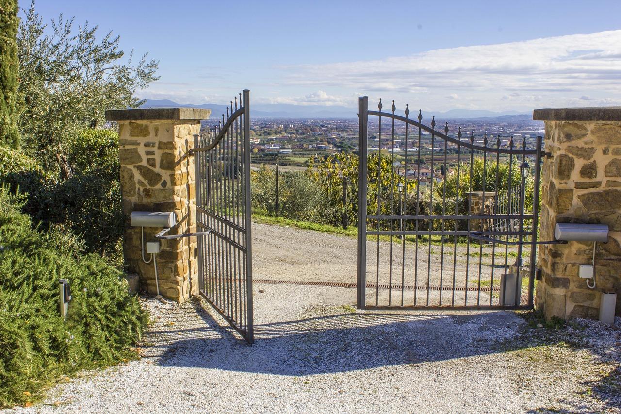 Varstomų kiemo vartų privalumai